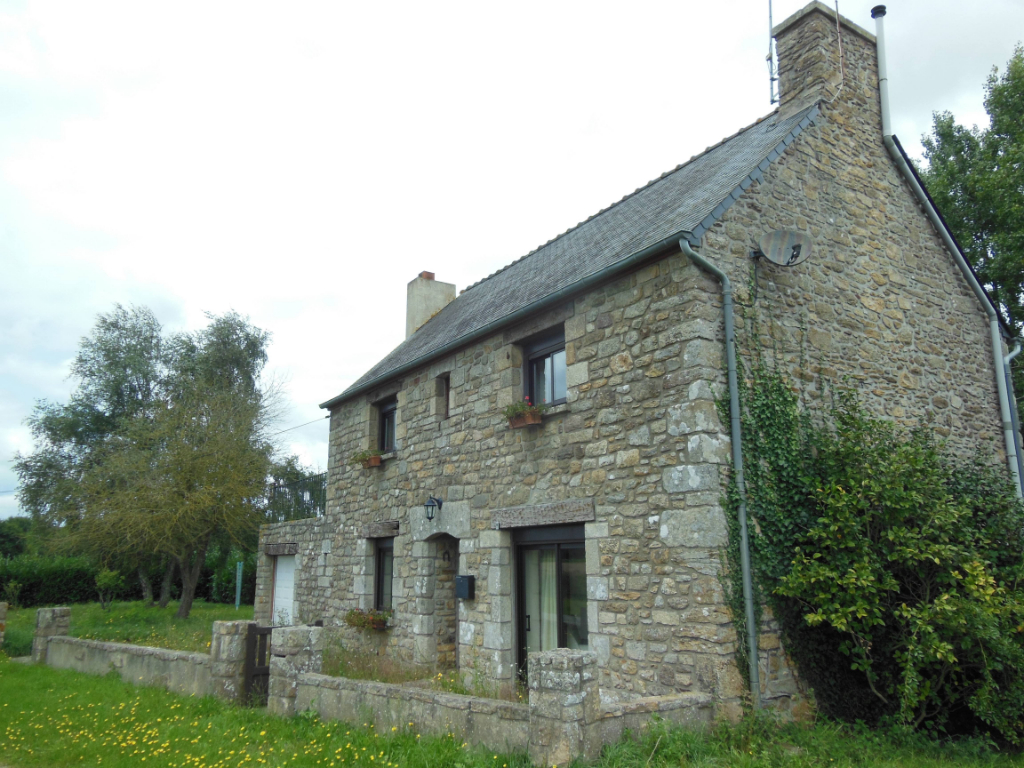 UNDER OFFER SAINT MICHEL DE PLELAN: Pretty 3 bed detached stone house to refresh.