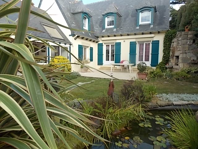 Close to the Penthievre Coast, Elegant home with gite on landscaped grounds