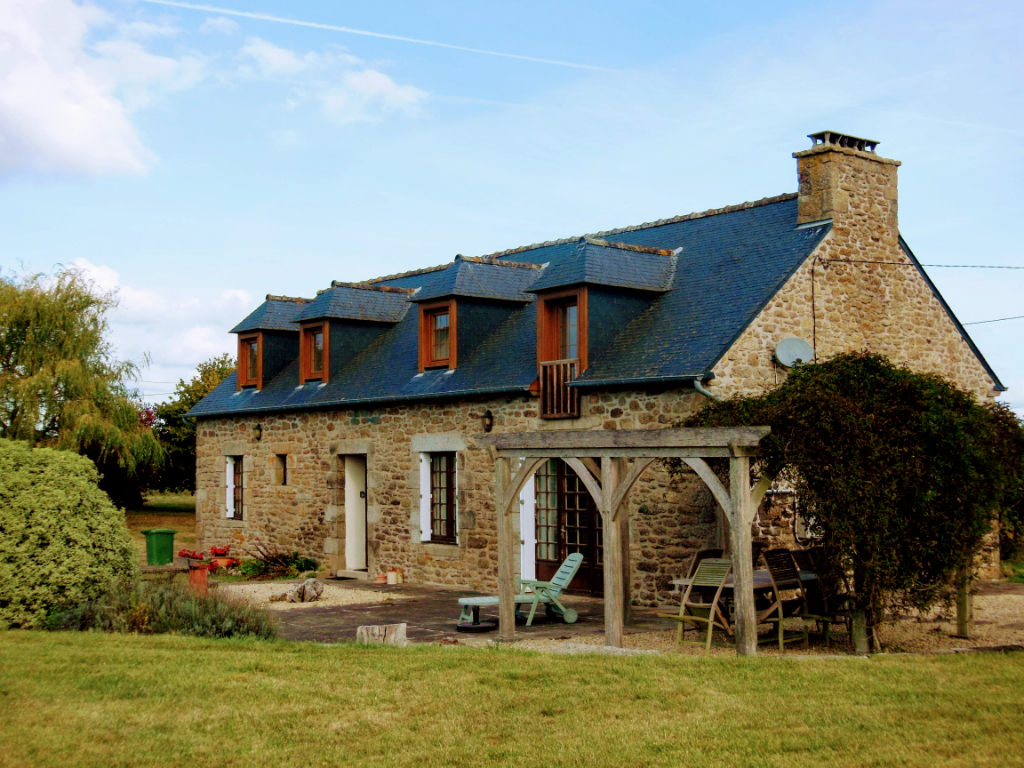 UNDER OFFER - PLENEE-JUGON: Charming longère in unspoilt countryside setting