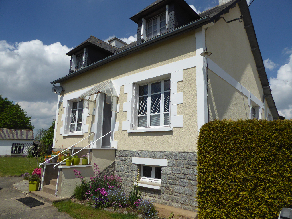 Plouasne village centre :  Charming house with outbuidlings, enclosed garden,