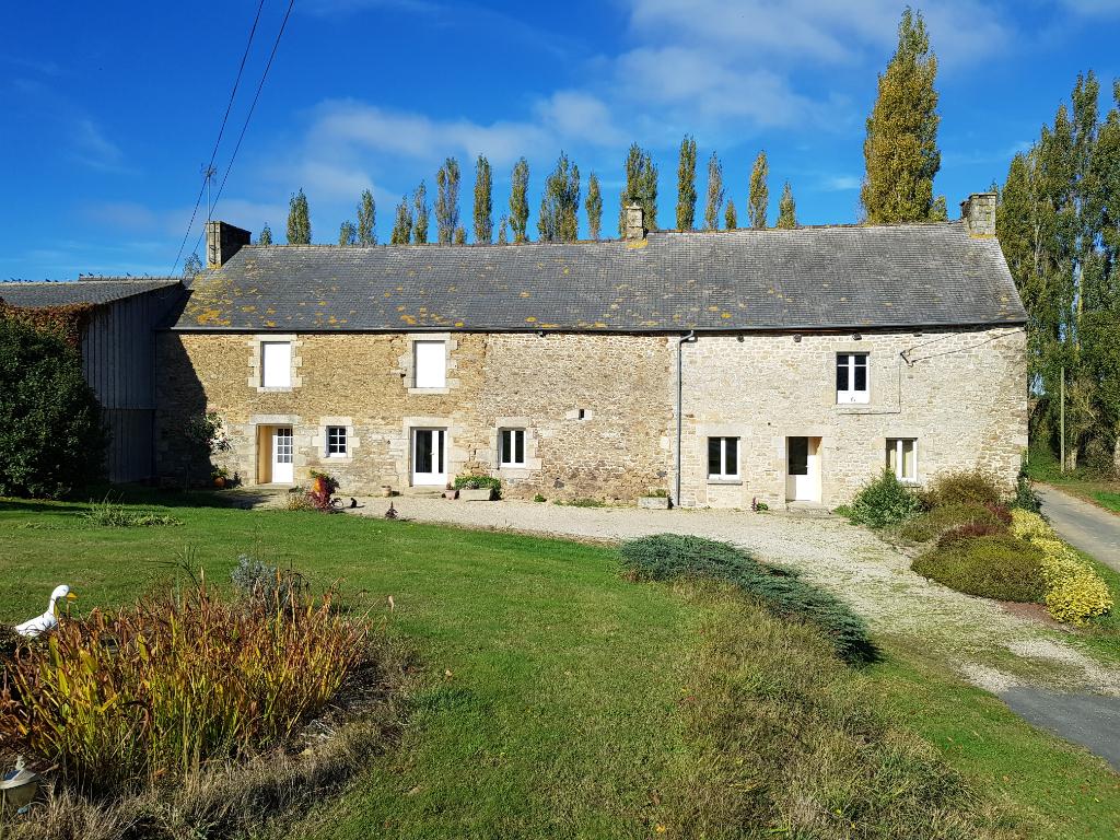 5km de Plelan Le Petit : Corps de ferme avec 2 habitations et dépendances