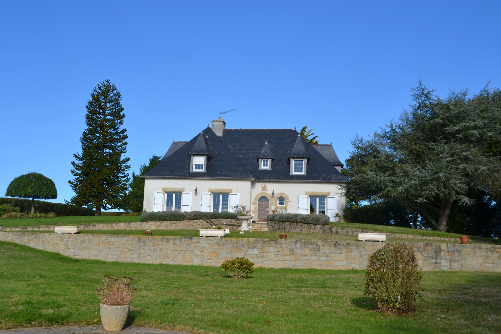 Close to Lamballe and the coast, an elegant family home on landscaped grounds,