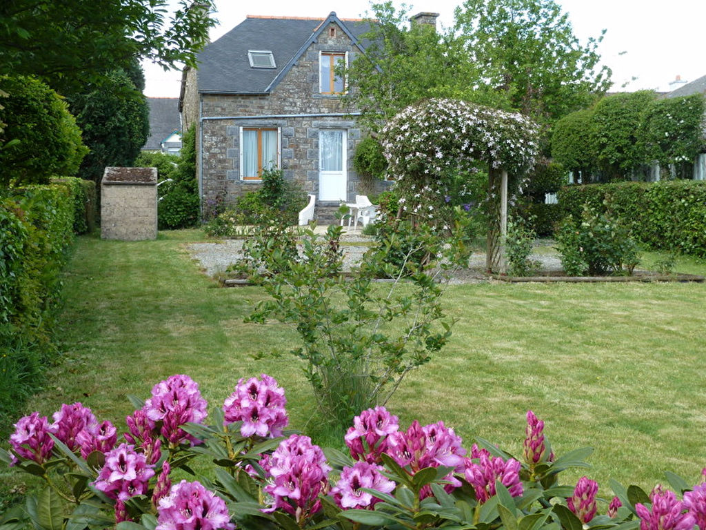 Plemet: Charming stone house on delightful garden