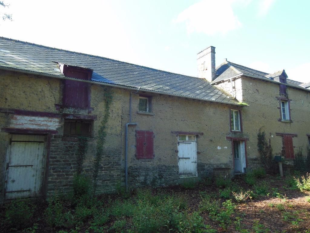 Secteur St Meen:maison ancienne et dépendances sur 1.5 ha de terrain