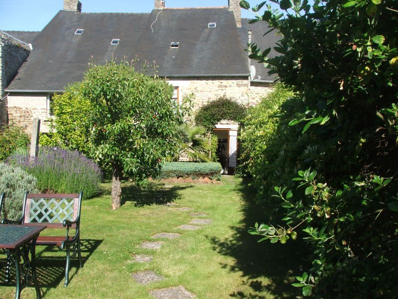 Centre of Dinan: Pleasant 3 bedroom town house with garden