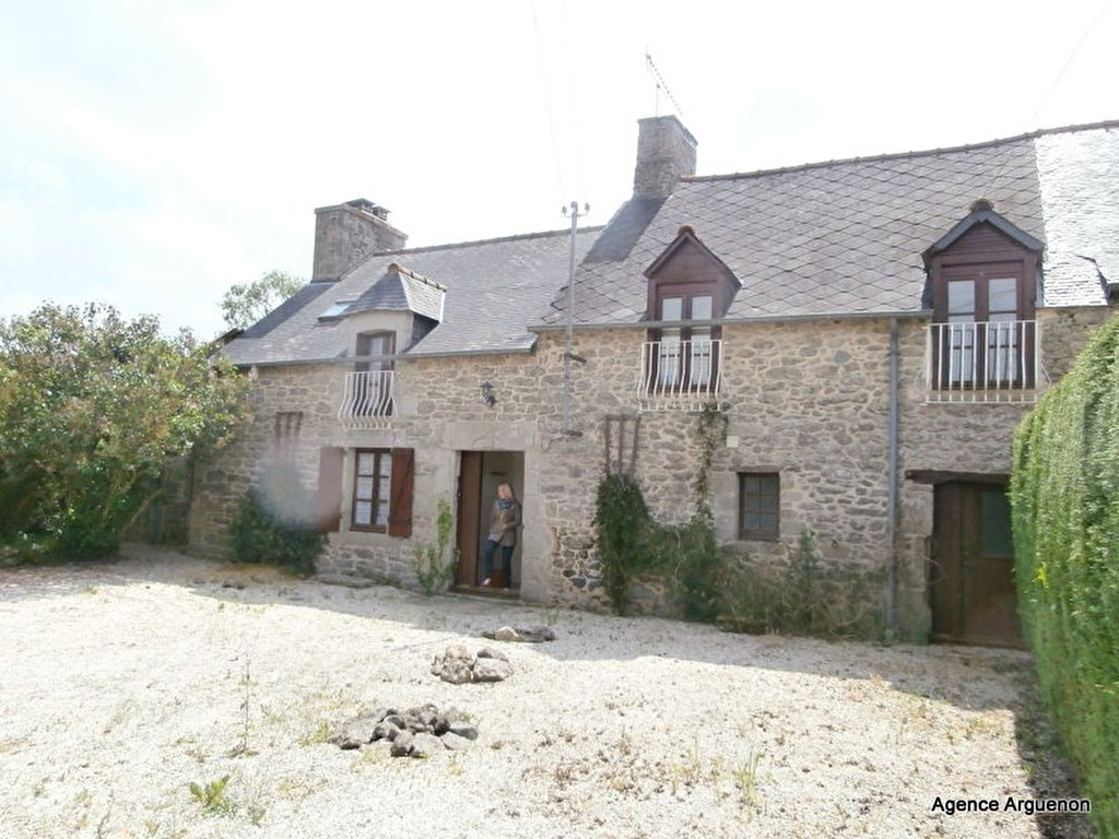 Stone property near JUGON LES LACS