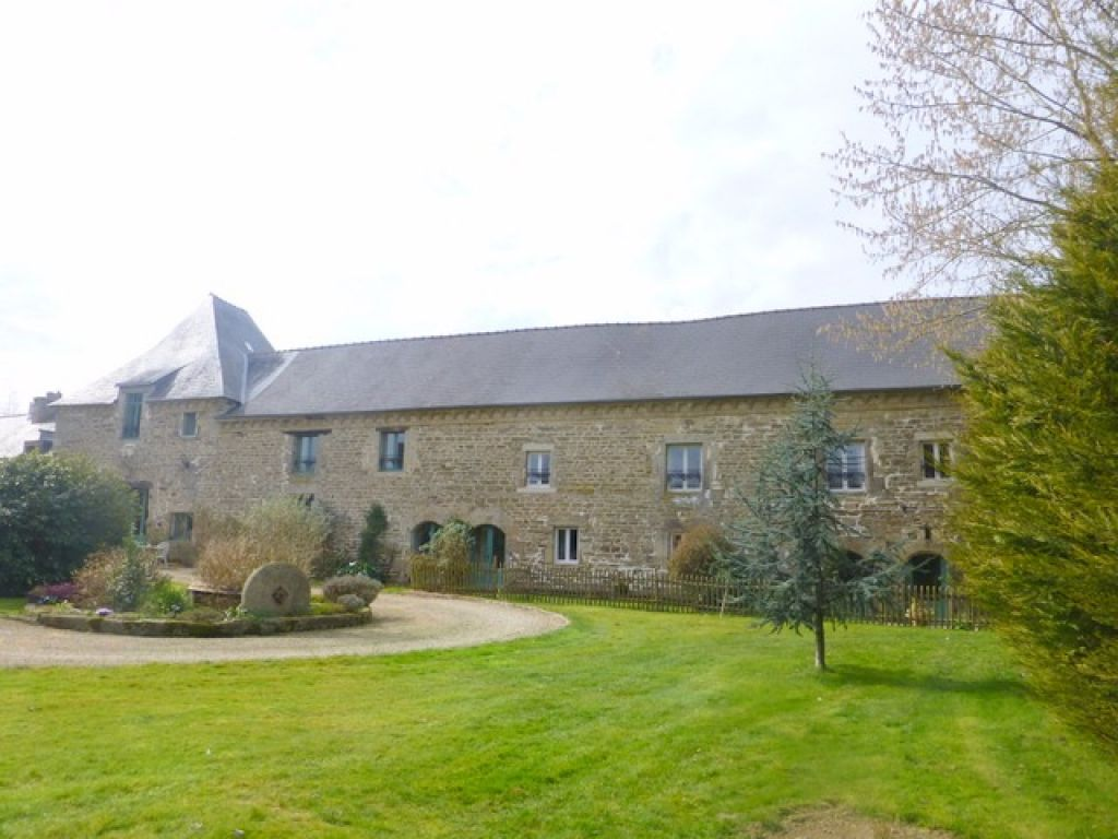 10mins south of Dinan: superb manor house + 2 gîtes + outbuildings, with pool