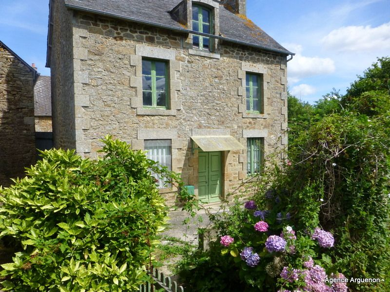 10mn Dinan: detached stone house to renovated with grounds.