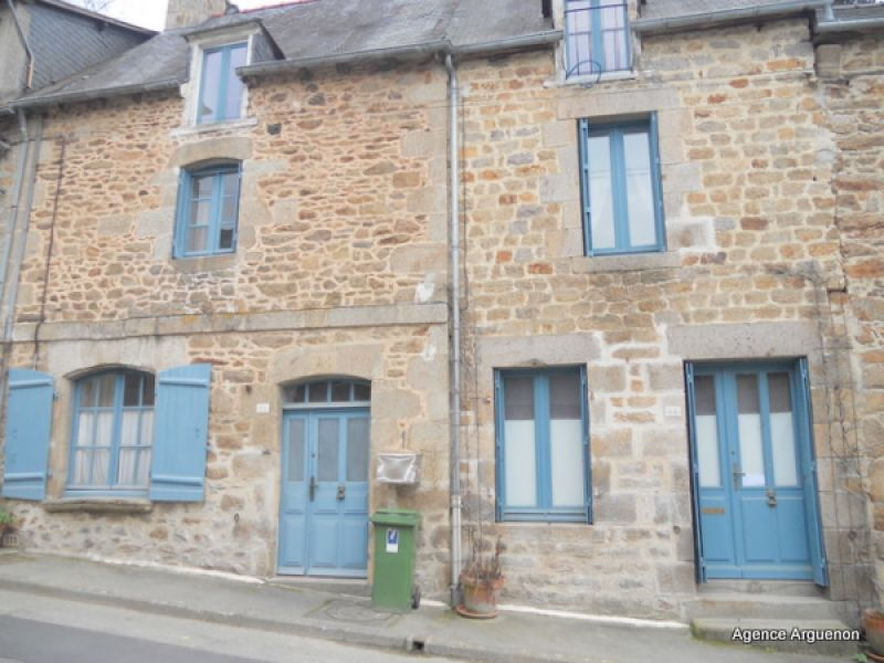 Dinan: charming renovated stone town house with terraced garden